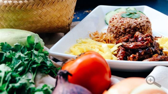 jedlo-rajcina-zelenina-salat-mlete-maso-syr-tanier-obed-cibula-pleteny-kosik-potraviny