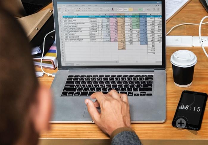 notebook-Excel-muz-telefon-kava-klavesnice-vypocty-kalkulace-dreveny-stůl