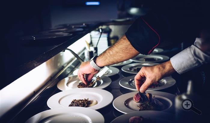 kuchyna-restauracia-taniere-kuchar-sefkuchar-ruky-hodiny-jedlo-predjedlo-obed