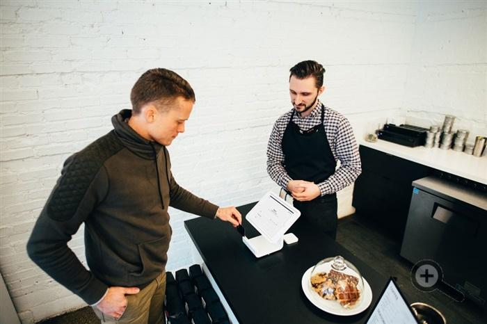 platba-kartou-cisnik-host-zakaznik-dotykovy-monitor-platebni-system