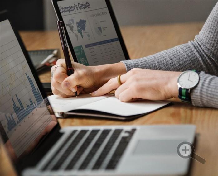 ruka-papier-zosit-hodiny-sveter-pero-diar-grafy-kalkulacia-naklady-vypocty-notebook-dreveny-stol