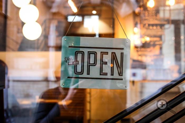 otvorena-restauracia-dvere-tabula-sklo-svetla