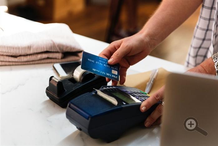 ctecka-platebnich-karet-terminal-karta-pokladni-system-blok-pult-obchod-restaurace